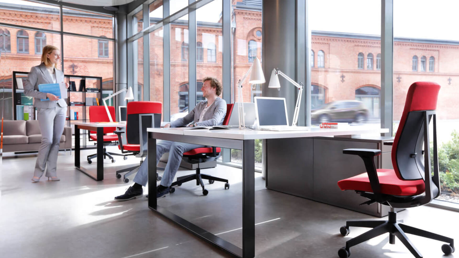 spotkanie dwoja pracowników w biurze