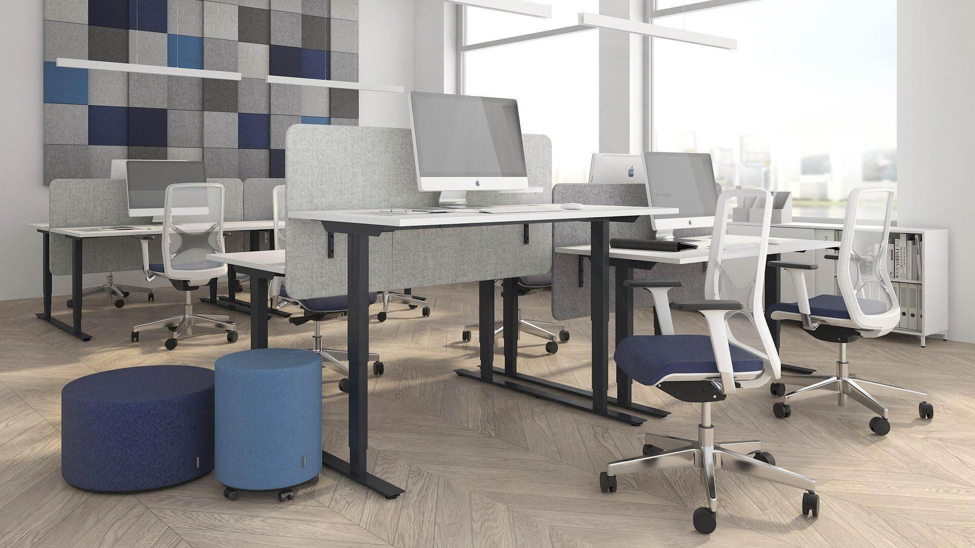 oświetlone biuro z dużymi oknami