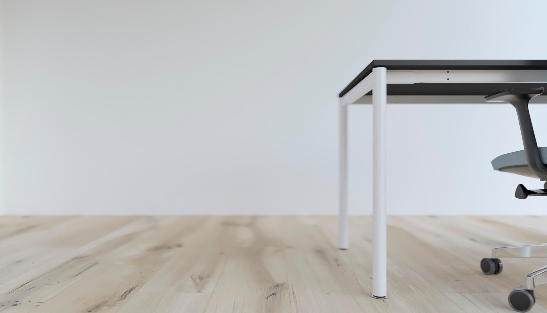 fragment biurka w biurze