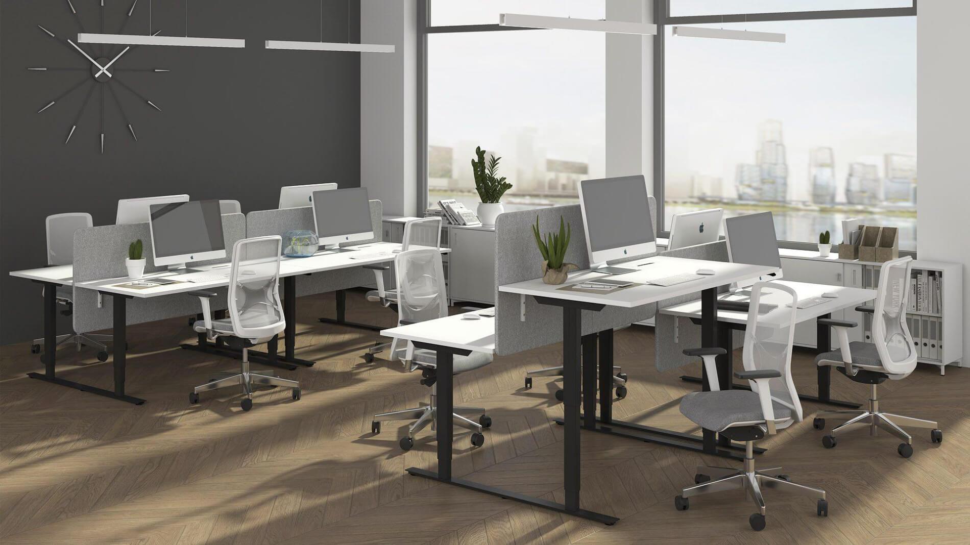 open space z ergonomicznymi biurkami