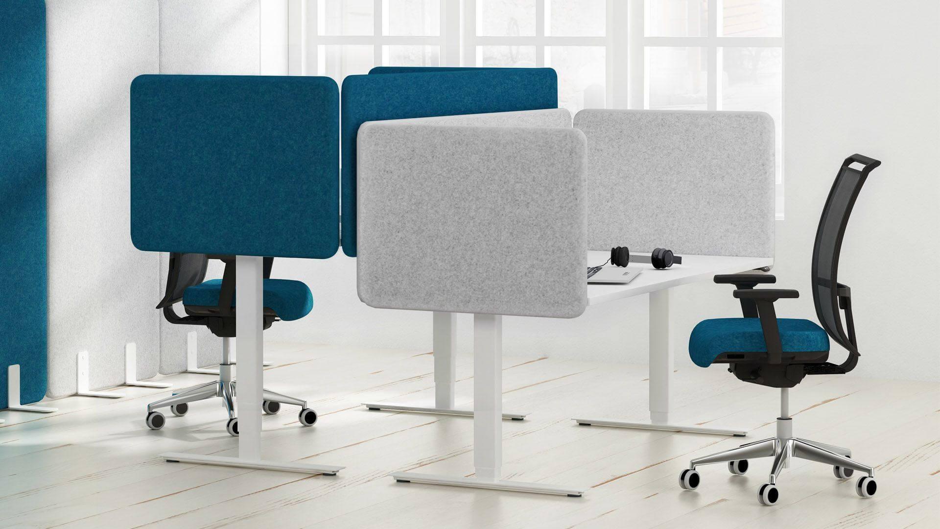 dwa biurka ze ściankami tapicerowanymi
