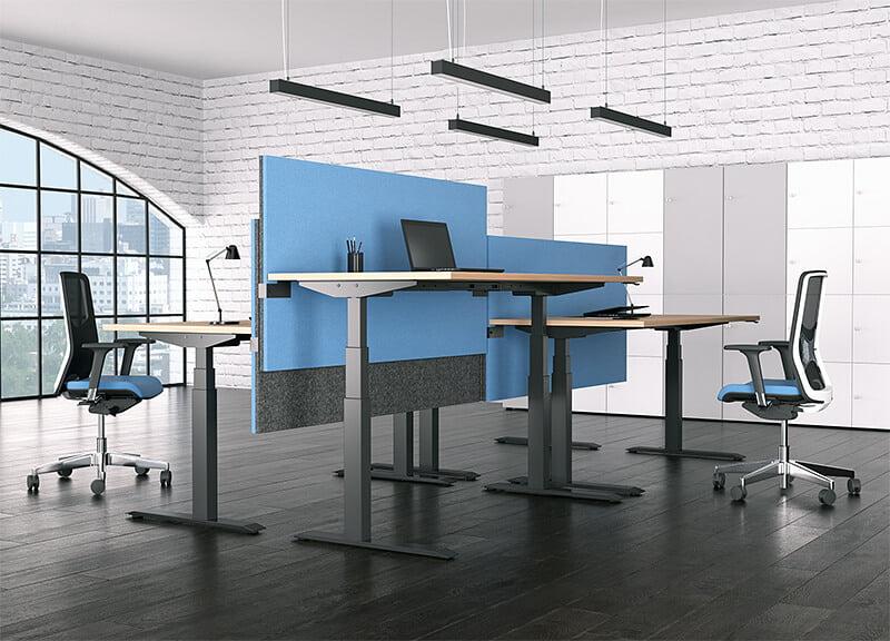 loft z biurkami elektrycznymi