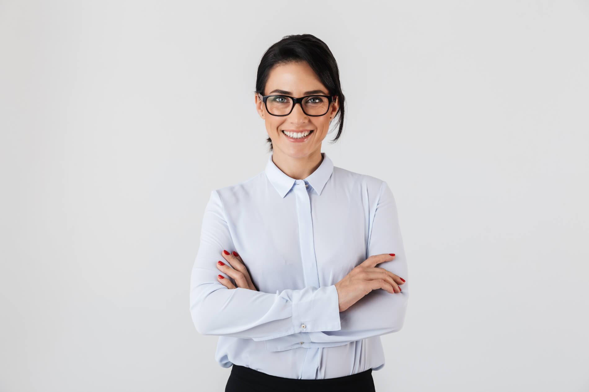 brunetka w białej koszuli i okularach