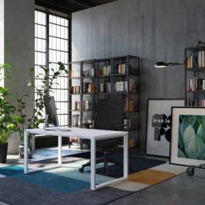 biuro z wysokim sufitem, eleganckim biurkiem i czarnym regałem