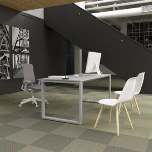 pomieszczenie biurowe fotelami dla gości, szarym biurkiem i szarym fotelem obrotowym
