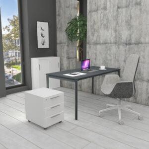 ciemne biurko, szafka, fotel i kontenerek w nowoczesnym wnętrzu