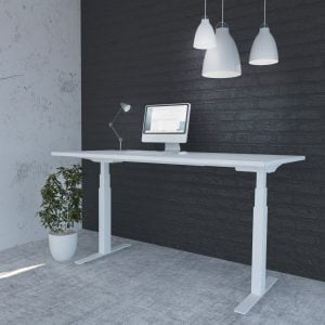 Białe biurko elektrycznie regulowane na tle czarnej ściany