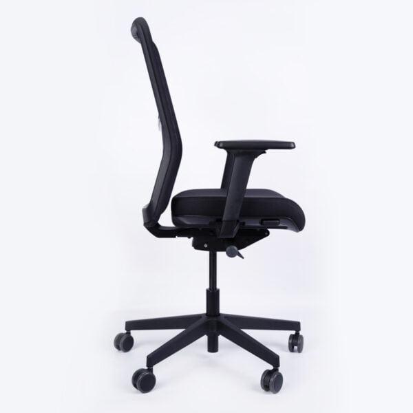 fotel biurowy czarny zdjęcie z boku