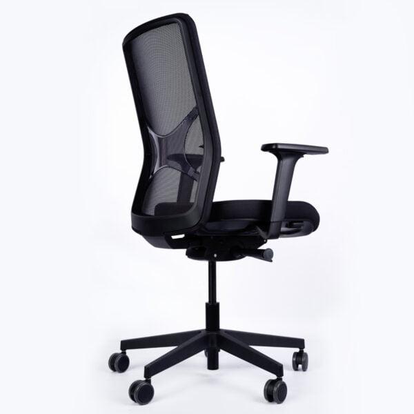 fotel biurowy czarny siatkowy zdjęcie z tyłu