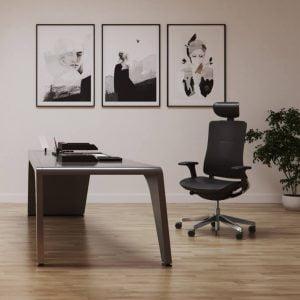 stanowisko pracy prezesa zarządu z pięknymi obrazami i skórzanym fotelem
