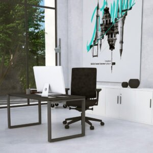 ciemne biurko, obok niskie szafy biurowe, za oknem las