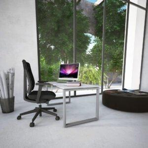 biurko z prostokątnymi nogami obok krzesło biurowe Profim, za oknem las