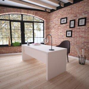 biurko szefa w eleganckim wnętrzu z ceglaną ścianą