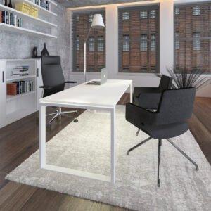 biuro z białym biurkiem i krzesłami dla gości, na ścianie wiszące regały