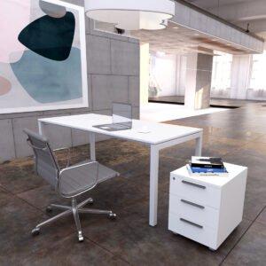 białe biurko i biały biurowy kontenerek w nowoczesnym wnętrzu