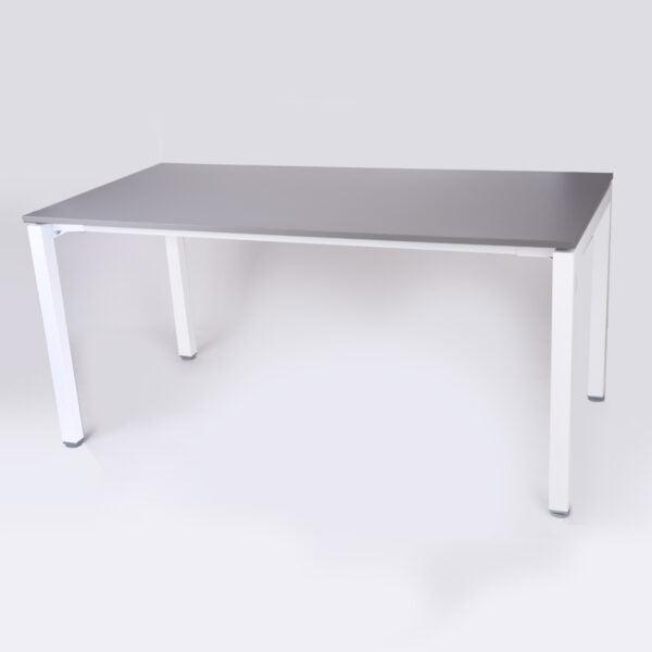 zdjęcie biurka z białymi metalowymi nogami