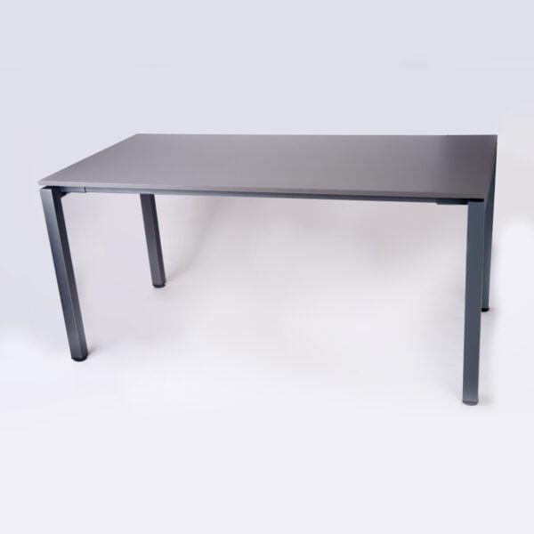zdjęcie ciemnego biurka z kwadratowymi, metalowymi nogami