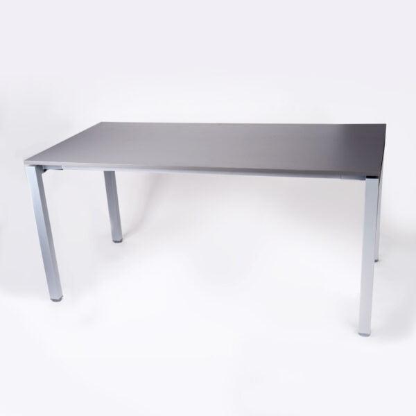 zdjęcie biurka z kwadratowymi, metalowymi nogami