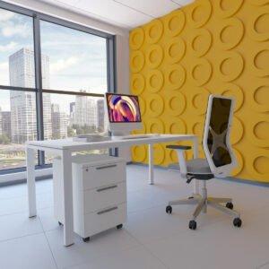 białe biurko, biały kontenerek, biały fotel biurowy i widok na miasto