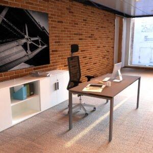 piękne biuro, wykładzina, ściana z cegły
