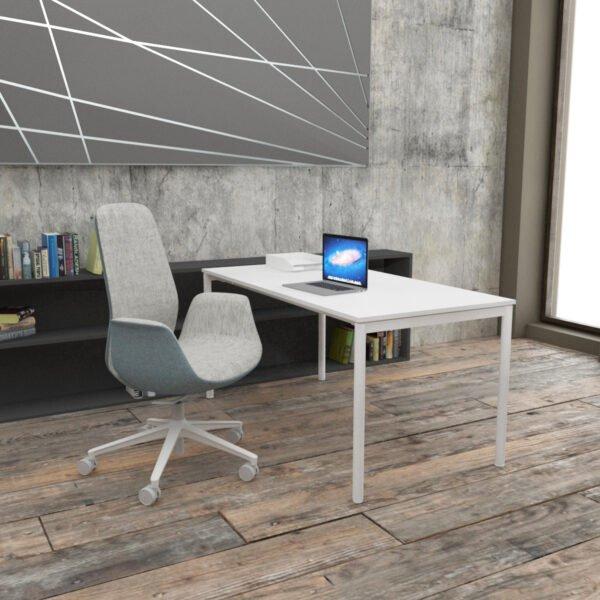 biurko z cienkimi metalowymi białymi nogami plus efektowny fotel biurowy