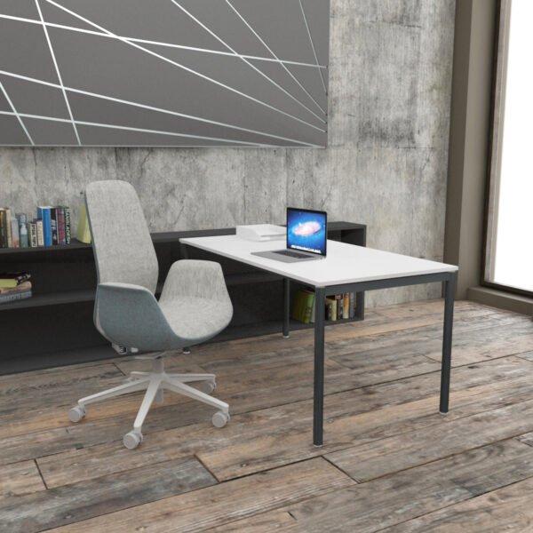 biurko z cienkimi metalowymi nogami plus efektowny fotel biurowy