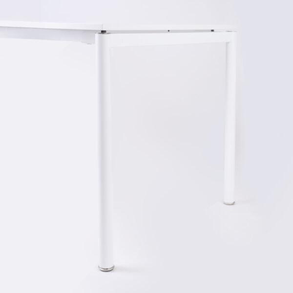 zdjęcie białego biurka z boku na białym tle