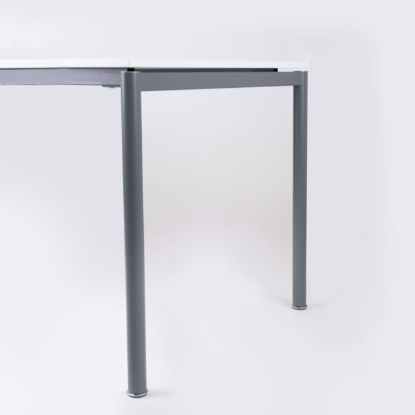 zdjęcie biurka z boku na białym tle