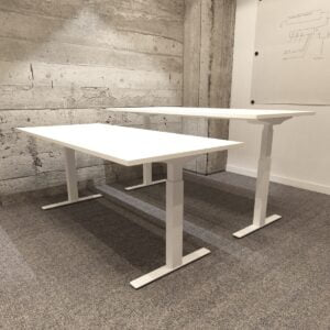 dwa biurka białe ergonomiczne obok siebie