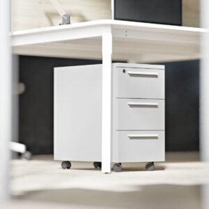 szary wąski kontenerek pod biurkiem