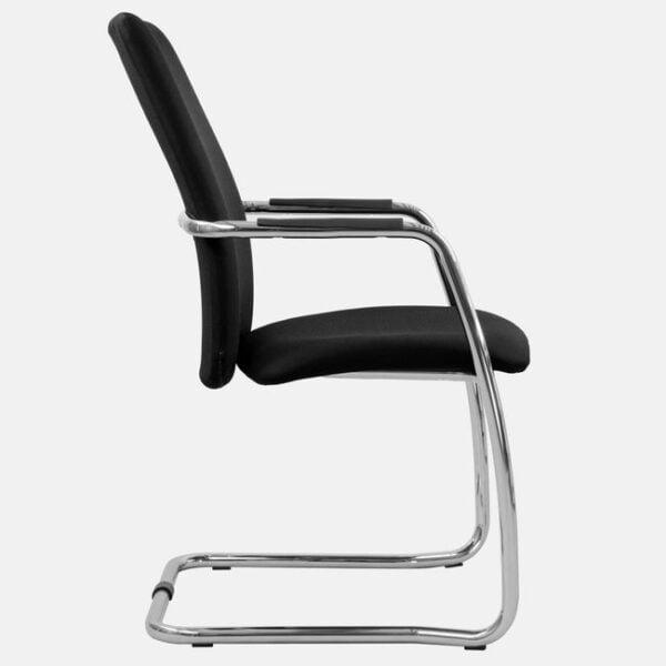 czarny fotel konferencyjny na białym tle widok z boku