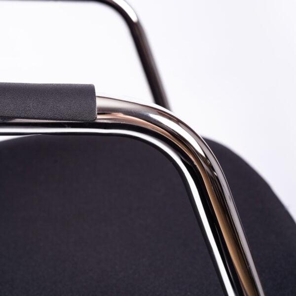 czarne krzesło do stołu konferencyjnego na białym tle - szczegóły