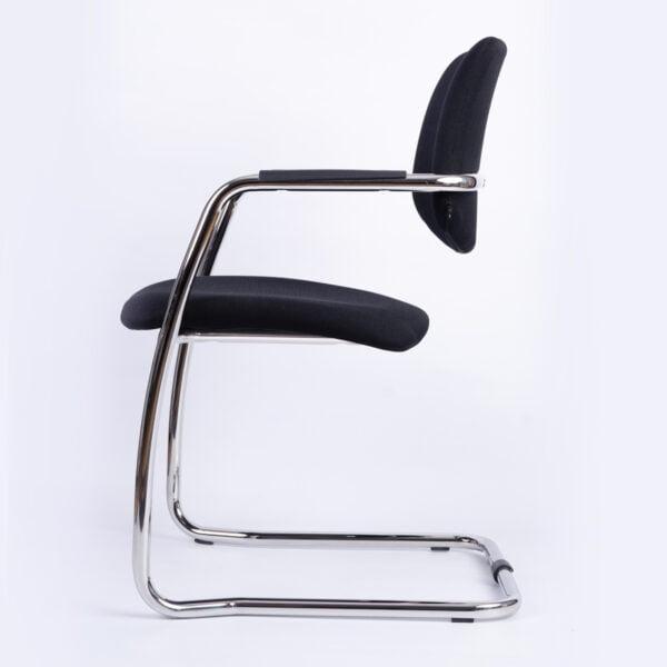 czarne krzesło do stołu konferencyjnego na białym tle - widok z boku