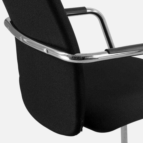 czarny fotel konferencyjny na białym tle widok z tyłu