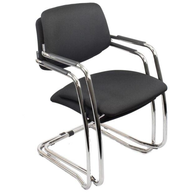 krzesło do stołu konferencyjnego na białym tle - jedno na drugim