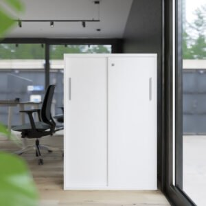 przestrzeń biurowa z szafą zamykaną