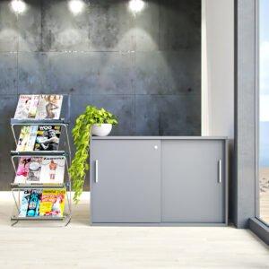 stojak na gazety i szafa w biurze