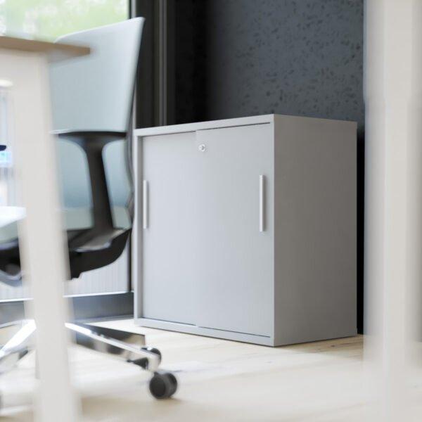 szafa z drzwiami przesuwnymi stoi za biurkiem