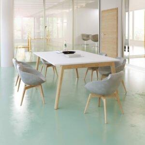 w salce konferencyjnej stoi stół z drewnianymi nogami