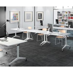 sala wykładowa ze stołami na kółkach
