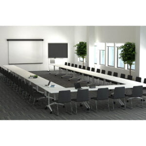 w sali wykładowej stoją stoły na kółkach