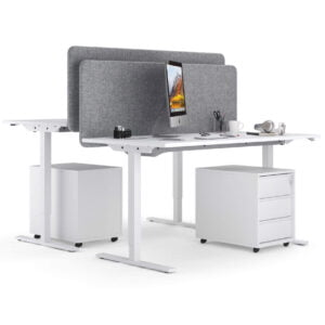białe biurka elektryczne stoją naprzeciwko siebie oddzielone przegrodami