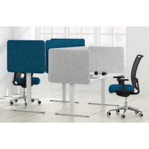 dwa biurka stoją naprzeciwko siebie oddzielone ściankami akustycznymi