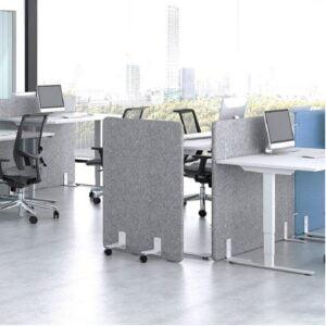 biurko z wieloma ściankami akustycznymi