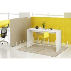 firmowe miejsce spotkań przy którym pracownicy rozmawiają na stojąco