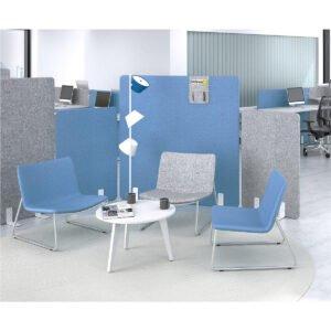 miejsce w biurze z okrągłym stolikiem na kawę