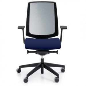 modrakowy fotel biurowy - zdjęcie na białym tle