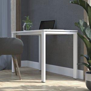nieduże biurko stoi w domu