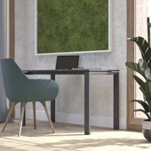 ciemne biurko obok stoi drewniane krzesło