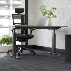 czarne biurko stoi w domu